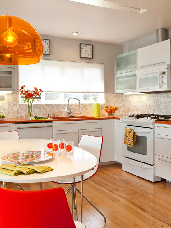 Современная кухня с люстрой из оранжевого пластика
