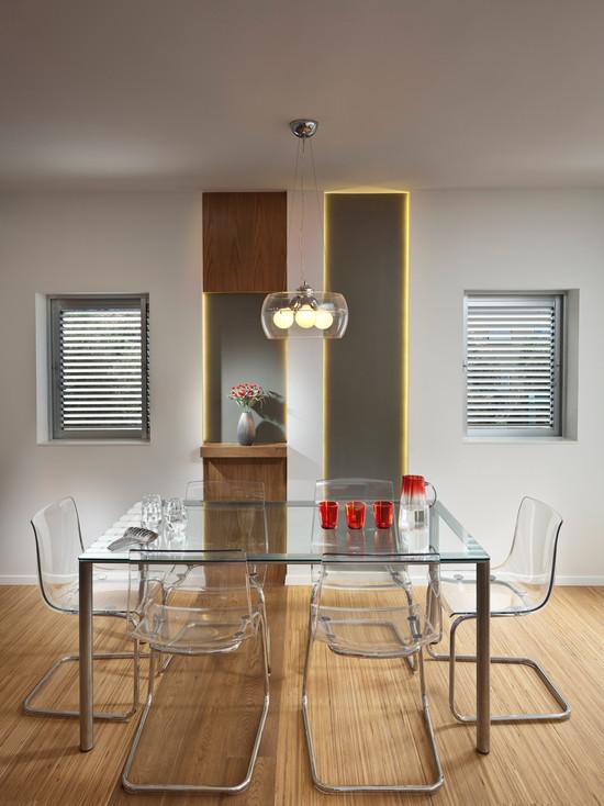 Прозрачные стулья на кухне в стили минимализм с стеклянным столом