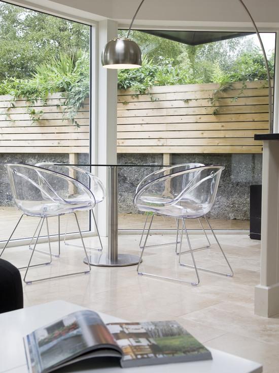 Прозрачные кресла в беседке