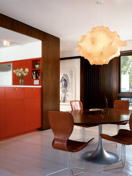 Дерево и оранжевый цвет в большой просторной кухне