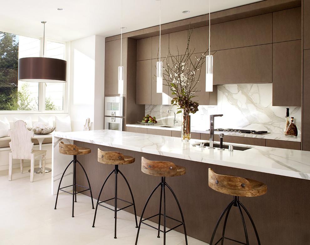 Фактура темного дерева и мягко оранжевого цвета в интерьере кухни