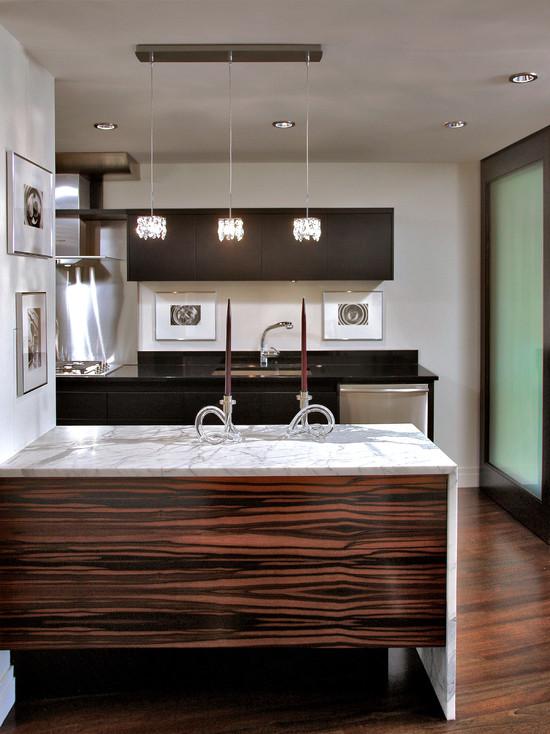 Темное зебрано в сочетании с белым мрамором на не большой кухне
