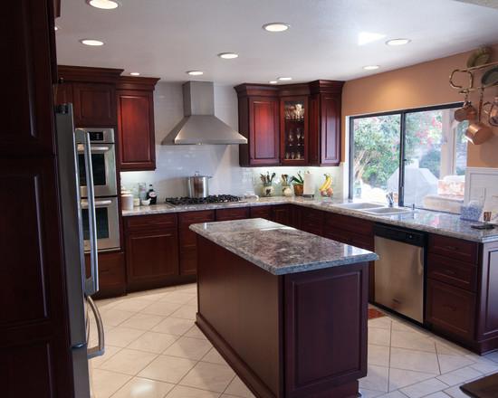 Классическая кухня в темно бордовом цвете
