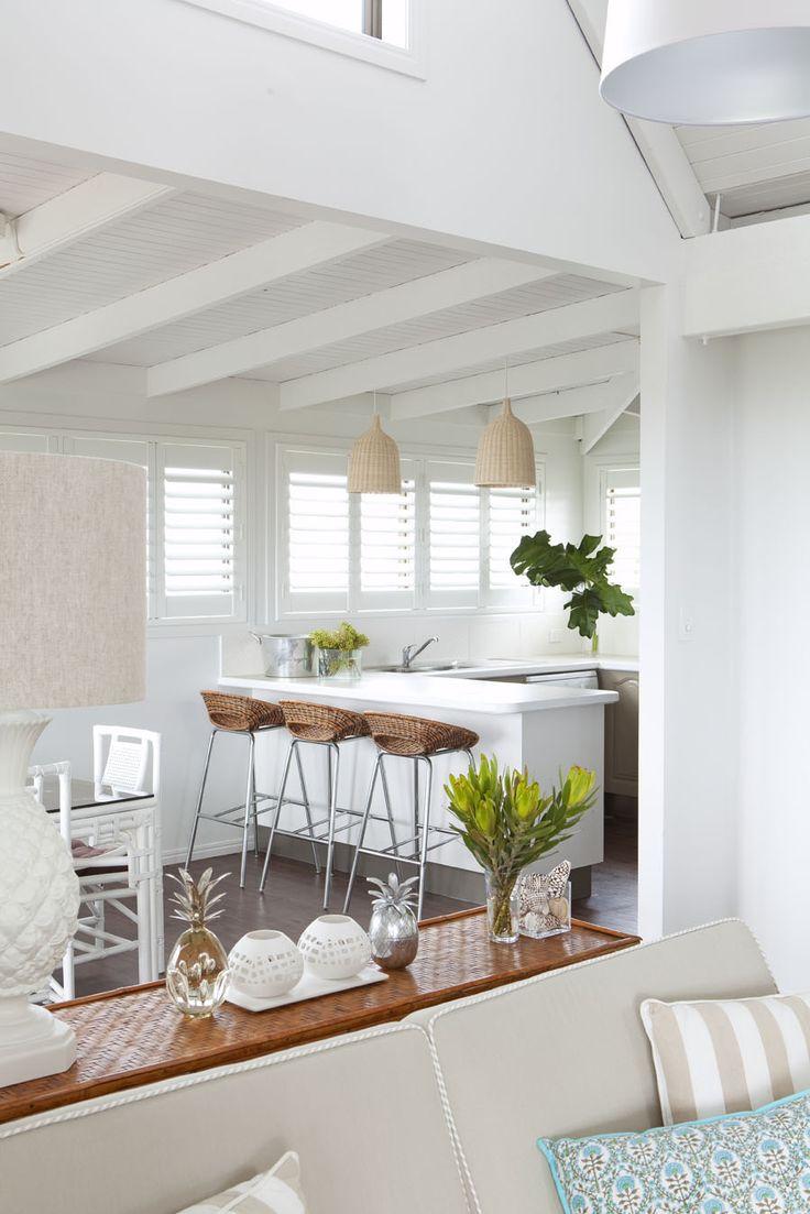 Светлая кухня с вязаной мебелью