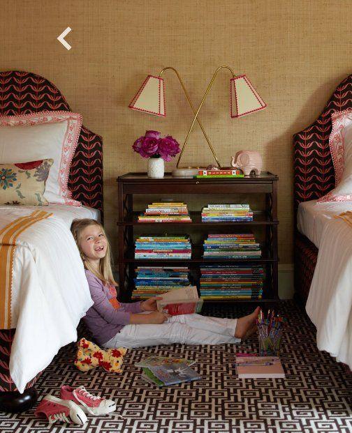 Детская комната для девочек с одной тумбой на двоих