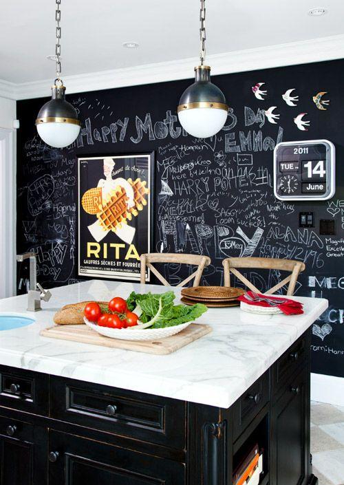 Стена из доски для мела в оформлении черно-белой кухни