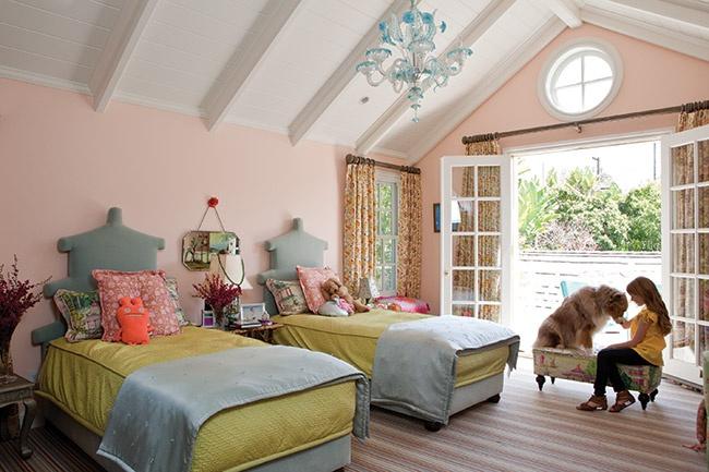 Детская комната для девочек с выходом на балкон