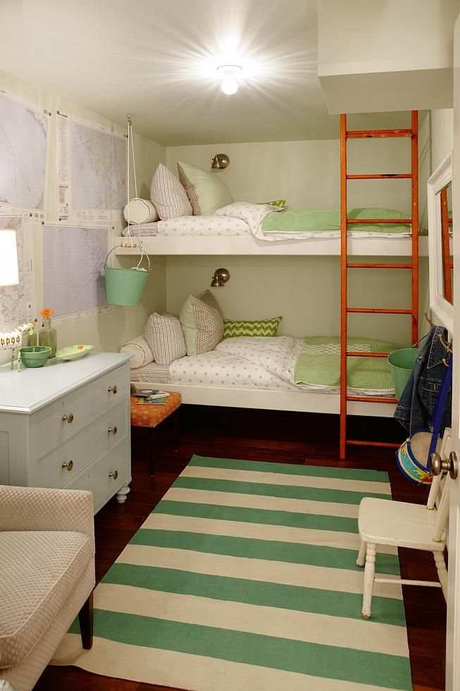 Узкая, детская комната для девочек с двухъярусной кроватью