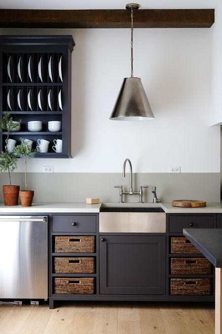 Чёрно-белая кухня с элементами стали