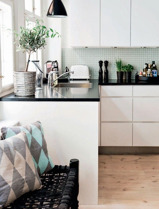 Пастельные оттенки зеленого в черно-белой кухне