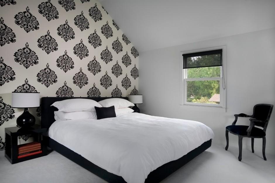 Черно белые обои подчеркивают темную кровать