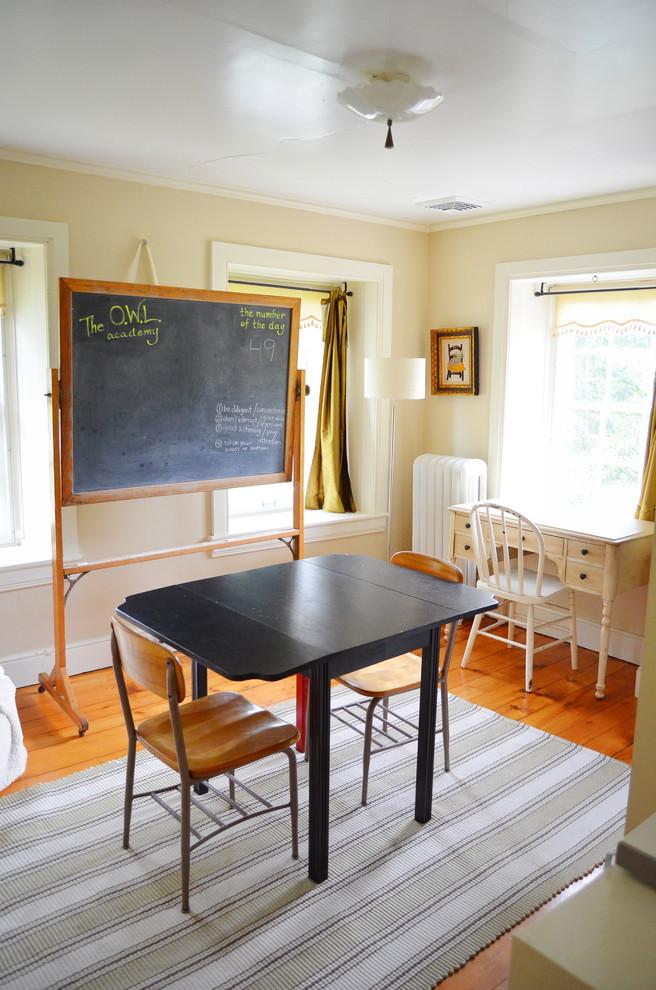 Раскладной стол в детской комнате