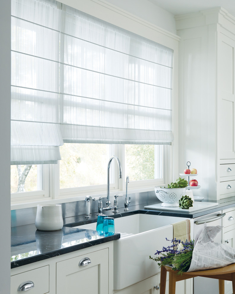 Прозрачные римские шторы на кухне