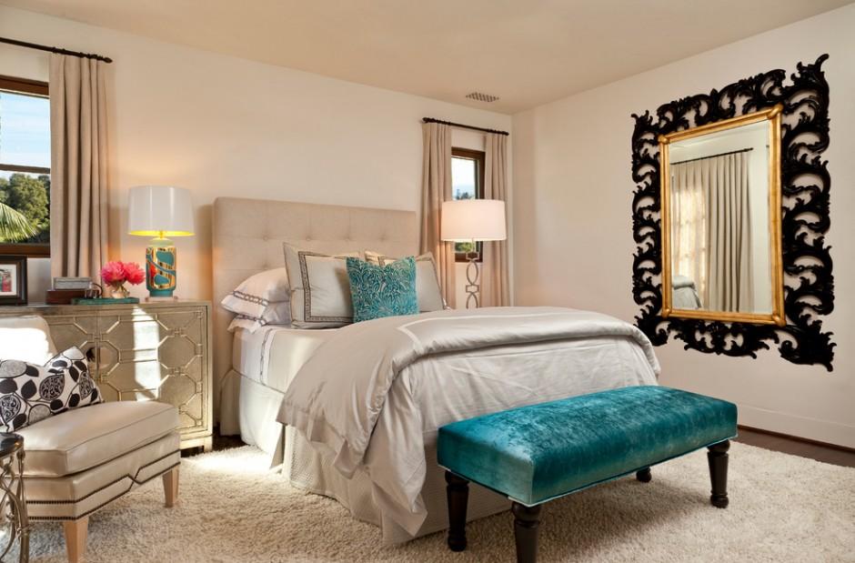 Зеркало с декором в классической спальне