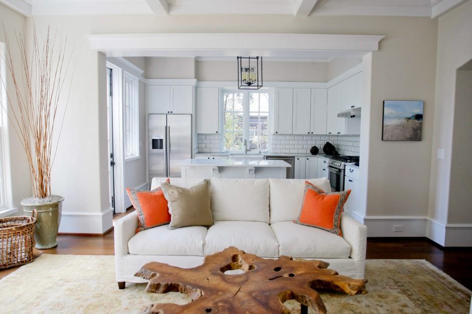 Деревянный журнальный столик в гостиной совмещенной с кухней