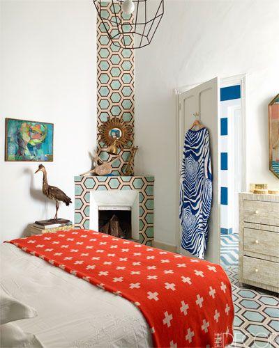 Угол комнаты как яркое пятно в белой спальне