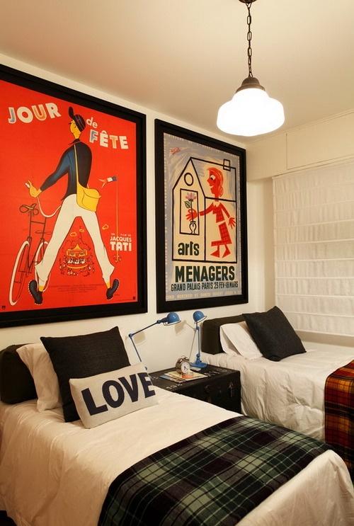 Детская комната для двух мальчиков с картинами над кроватями