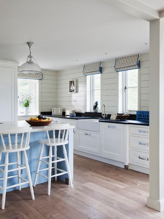 Кухня в деревенском стиле с римскими шторами
