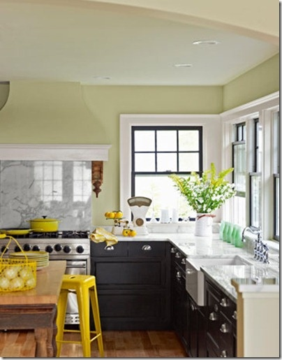 Ярко желтые вставки на бело-черной кухне