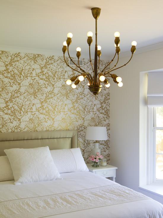 Бело-золотые обои для стен в спальню