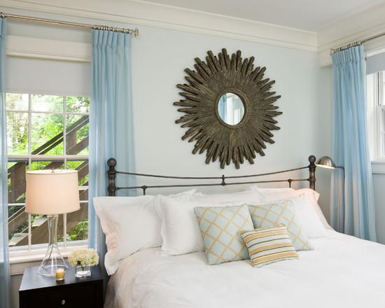 Маленькое декоративное зеркало над кроватью
