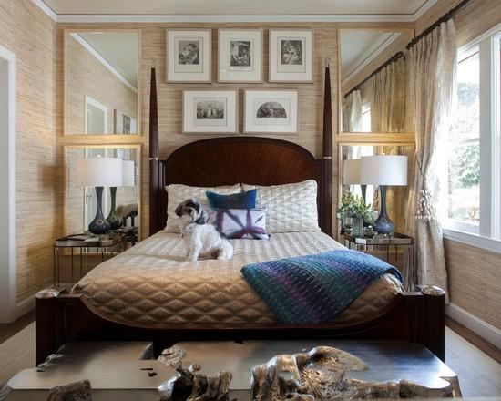 Стильная спальня с большими зеркалами по бокам кровати