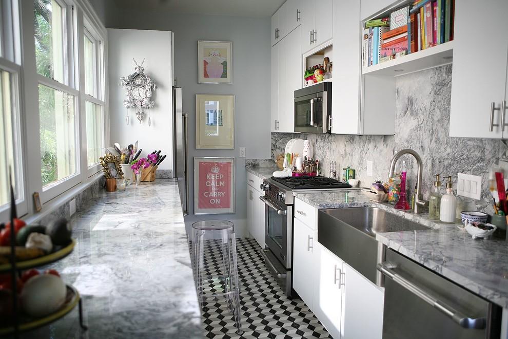 Кухня с светлым потолком и черным полом
