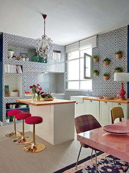 Яркие обои на маленькой кухне