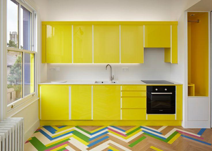 Необычный яркий пол на маленькой кухне