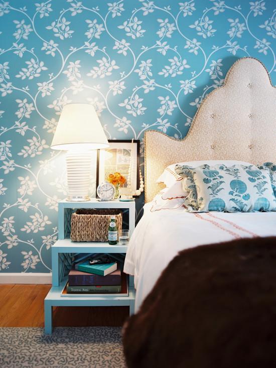 Голубые обои с белыми цветами