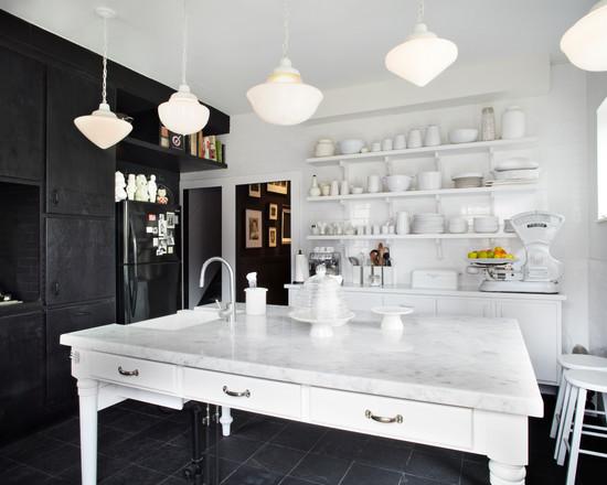 Сказочная кухня черно-белого цвета