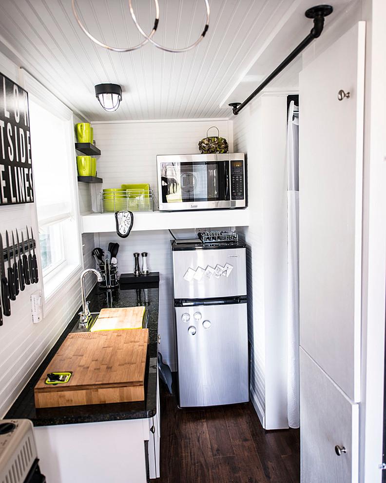 Приоритет черного цвета в черно-белой кухне