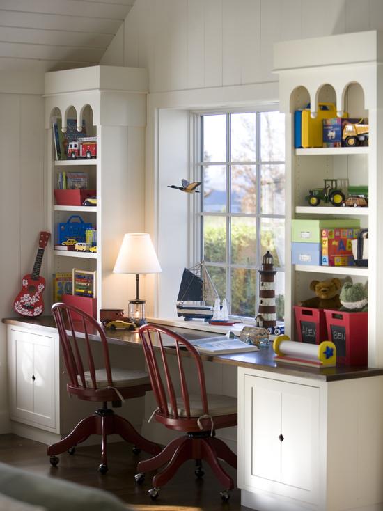Детский письменный стол на против окна