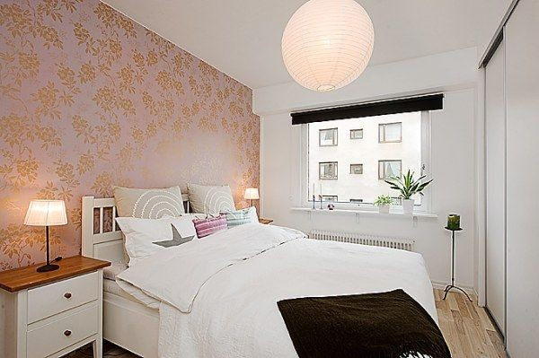 Выделение стены за кроватью яркими обоями в белой спальне