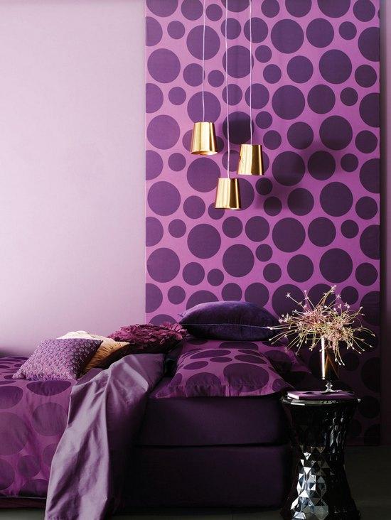 Фиолетовые обои в спальной комнате