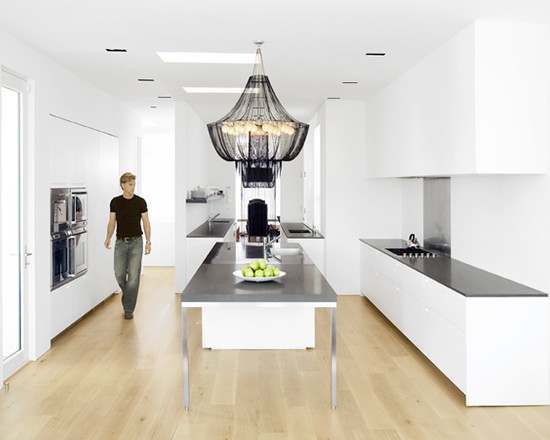 Светлый пол на черно-белой кухне