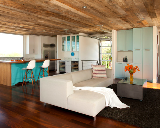 Просторная кухня с барной стойкой и большой диван в гостиной