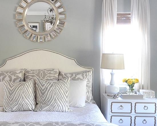 Зеркало в виде солнце над кроватью