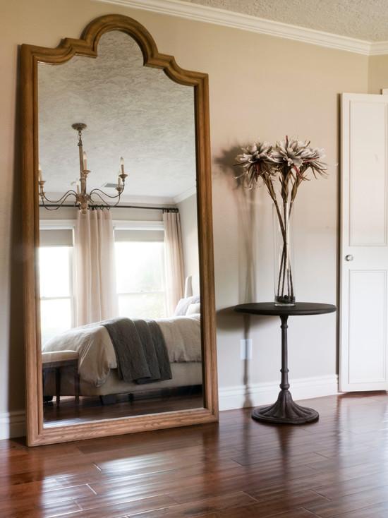 Крупное, стоящее на полу зеркало