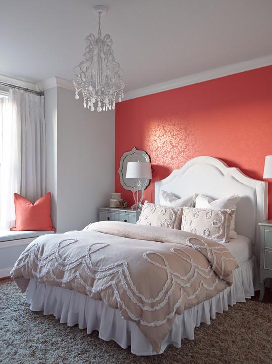 Яркая розовая стена за изголовьем белой кровати