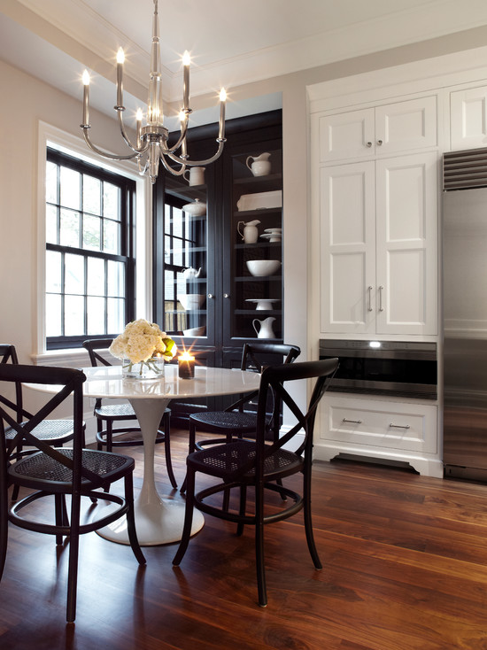 Черные детали интерьера на белой кухне