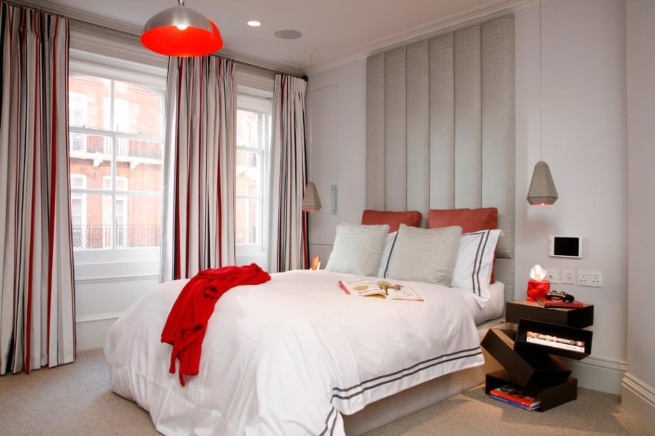 Яркие красные пятно в серой спальне