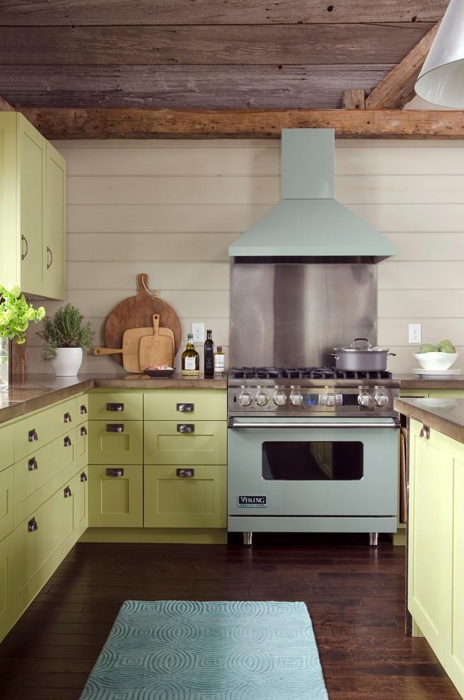 Дачный стиль кухни с серыми стенами и зеленой кухней