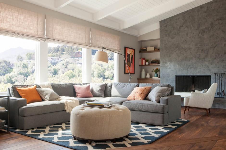 Серый диван в гостиной комнате