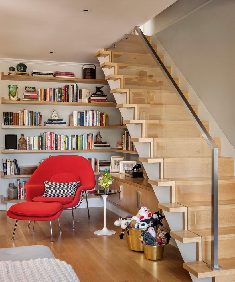 Стильная деревянная лестница с стеклянными перилами