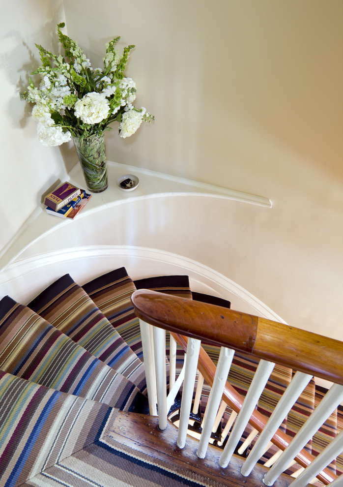 Яркий ковер на ступенях лестницы
