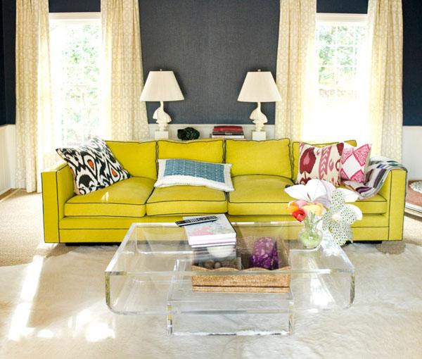 Ярко желтый диван в серой комнате