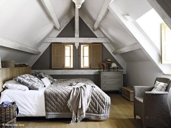 Серая комната в деревянном доме на мансарде
