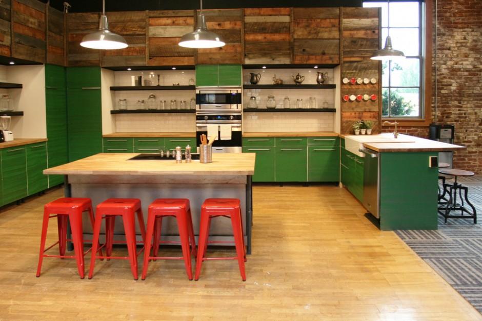 Зеленая кухня в квартире-студии