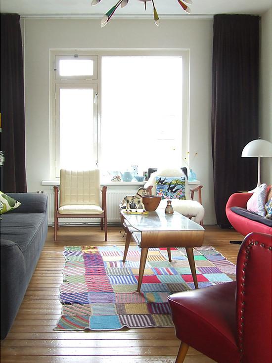 Фиолетовые подушки на сером диване